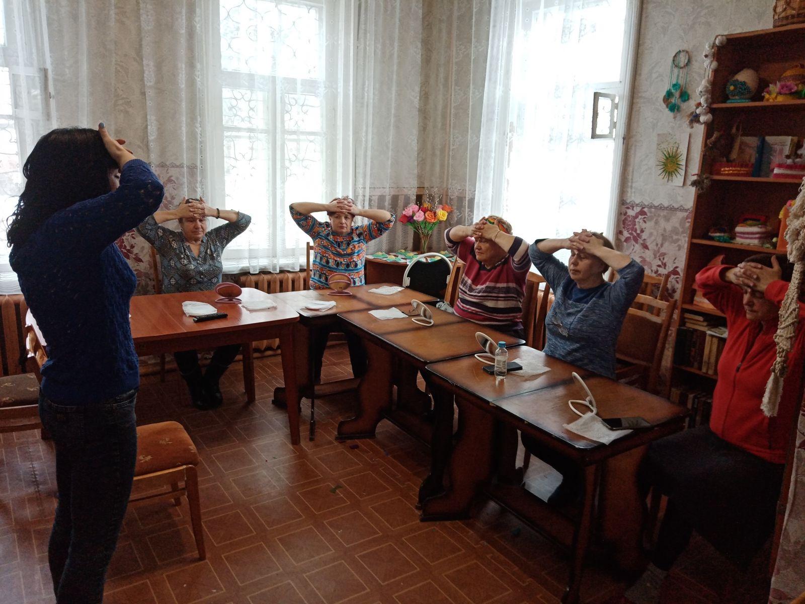 Пожилые дамы Волоколамского городского округа занимаются фейс-фитнесом.